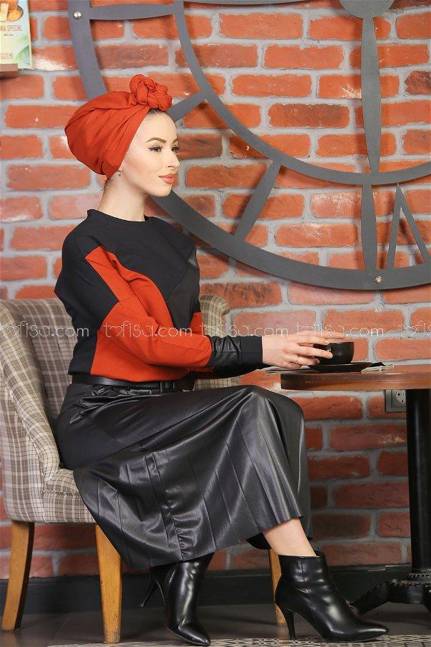 طقم قطعتين تنورة كسرات مع بلوز اسود قرميدي - 1349